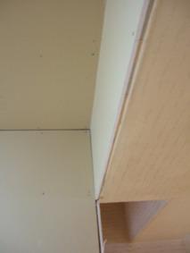 マンションキッチンの梁ベニヤで巻いてクロスで仕上げます