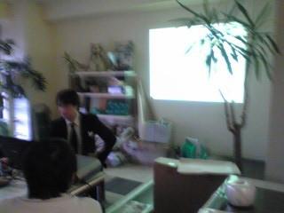 映写機壁に投影テイクファイブの事務所で合同勉強会