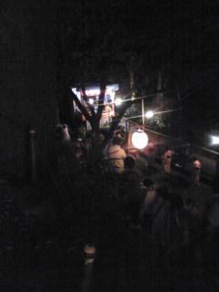 夜に行列で神社の階段を上ります