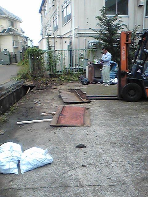 フェンス工事解体側溝のふた切ります