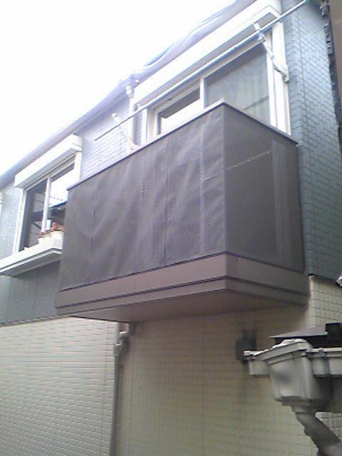 隣家のバルコニー変形してますとよもグニャグニャ