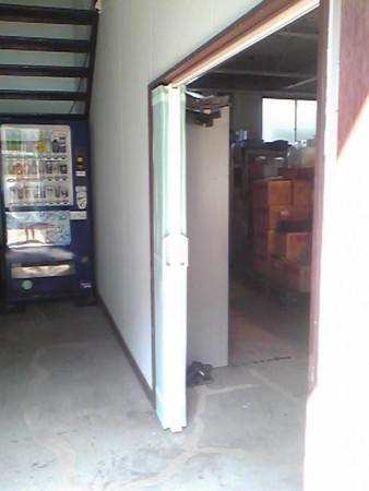 工場間仕切りにアコーデオンカーテンはスケルトンでブルー