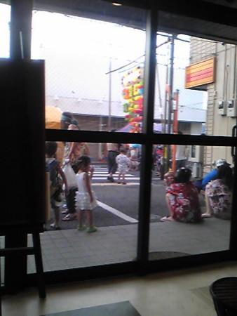 店の前に座ってみんな食べるの
