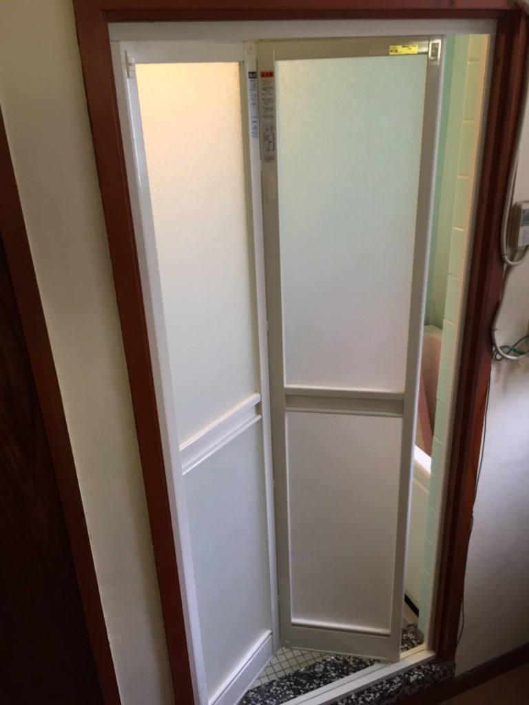 外から見てみた浴室折れ戸