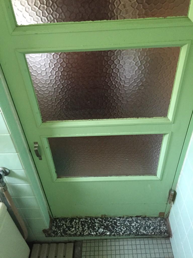 既存浴室ドアーは木製ガラス入り
