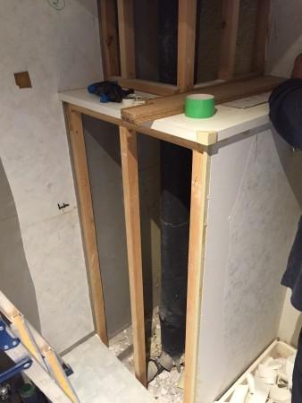 洗面台サイズアップのため配管まわりを加工中