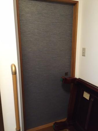 廊下側の襖紙は現代風総柄の青