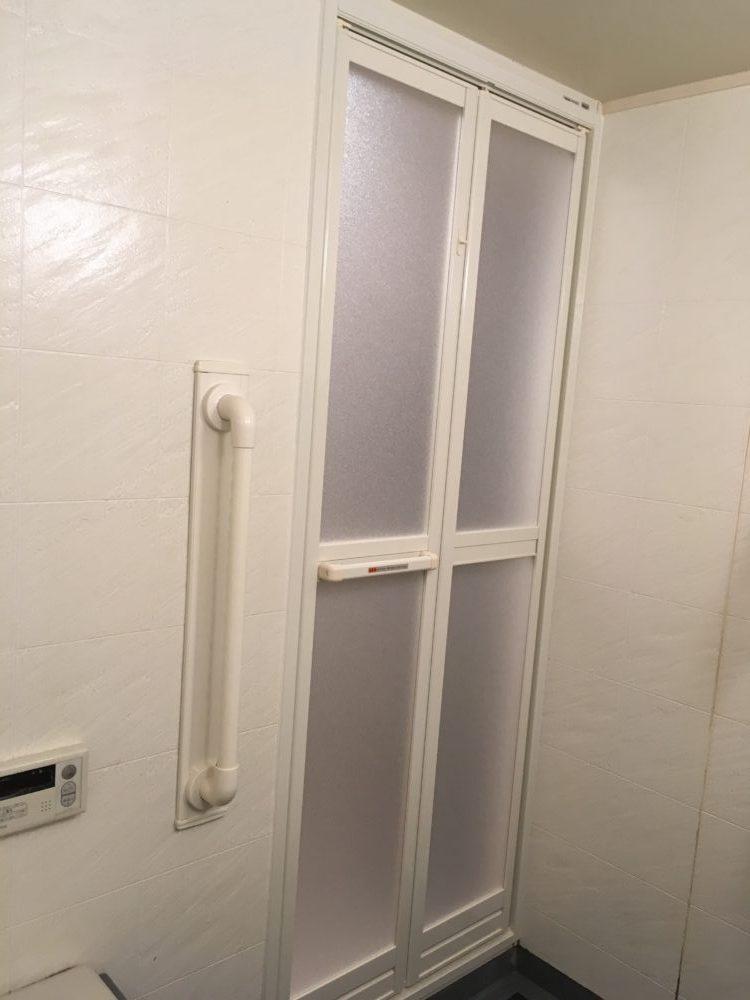 浴室開き戸を折れ戸に変更