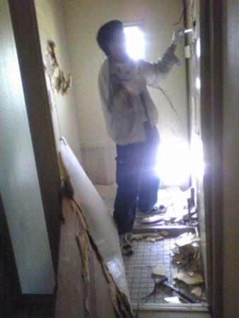 マンションのタイルの浴室解体します